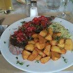 Faux filet grillé, rougail de fraises, tomates et basilic, pommes frites maison et purée de broc