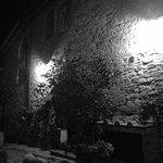 Vue de nuit du mur de la maison de la famille hôte