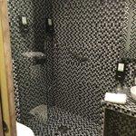 salle de bains grise noire blanche