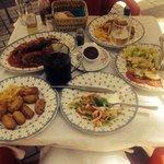 Croquetas, salada mixta, pimientos rellenos, sangria, muy bueno!!!!