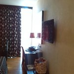 Camera (finestra-scrivania televisore e specchio)