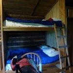 les lits superposés avec les sacs à viande