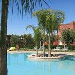 La piscine avec les résidences...