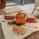Antipasto: involtini di pesce spada, salmone e tonno
