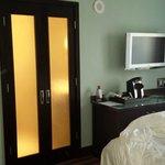 Camera e la porta che da direttamente davanti al letto....mhh