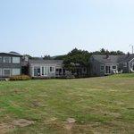 De motelhuisjes aan de achterkant met strandtoegang