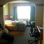 Camera spaziosa ma con condizionatore  abbastanza rumoroso accanto al letto