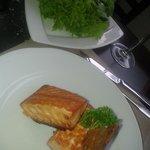 Salmon Martini con ensalada verde, rico