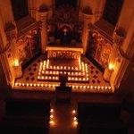 La chapelle éclairée à la bougie