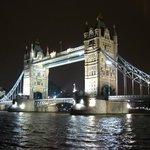 Tower Bridge com iluminação noturna