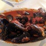 pepata di cozze di Comacchio con bruschette all'aglio di Voghiera