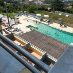 Zicht op het zwembad vanop ons balkon