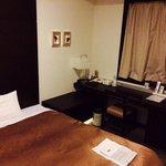 シングルルーム。 比較的高層階で夜景も綺麗でした。 狭さが気になるけど、部屋に見合わずベッドが大きいということに行き着きました(笑)
