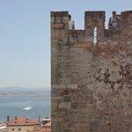 Uma das torres do castelo e rio Tejo ao fundo