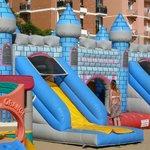il castello gonfiabile nel parco giochi spiaggia