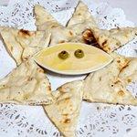 Hummus( Organic chickpeas & Freshly Baked Naan bread