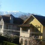 Vista da janela do quarto - dá para ver os Andes ao fundo