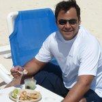 Comiendo camarones en el mar