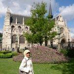 Taman di seberang Notre Dame du Sablon