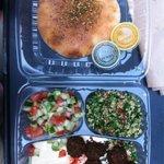 Combinaison de différentes falafels et humus a emporter