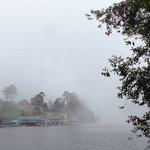 霧が立ち込め始めた湖