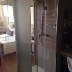 Pareti trasparenti del bagno: la doccia si poteva coprire con delle tendine ma non la porta del
