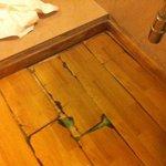 Pavimento sotto il lavandino molto danneggiato