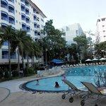 プールとホテルの建物、部屋はプール側と海側がありどちらもそれなりで優劣はありません。