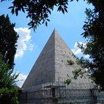 piramide cestia - veduta dal cimitero acattolico 3