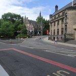 Visão rua de acesso à universidadede Glasgow
