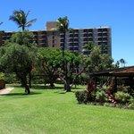 Blick von den Gartenbungalows aufs Hotel