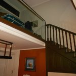escada que vai ao quarto e banheiro