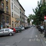 Calle (a la izquierda los apartamentos)