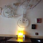 La entrada parece de una moderna taberna de vinos