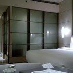 客室(バスルームのスライドドアを閉じてある)