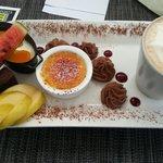 Cappuccino gourmand : panna cotta avec coulis exotique (top!), mousse au chocolat,  moelleux au