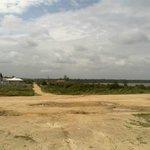 Vista da praia para a lagoa e uma das ruas de Vilatur com algumas residências