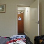 amplia y sencilla la habitación