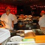 Vue directe sur la zone de préparation des sushi et madi au centre de la salle...