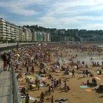 Demasiada gente en agosto en La Concha de San Sebastián.