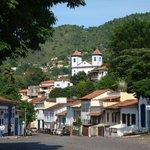 Vista de Sabará da rua em frente à Pousada
