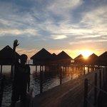 水上バンガローに沈む夕日。