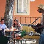 Живая музыка в кафе на смотровой площадке...