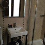 Baño: pequeño lavabo con espejo de aumento (había secador de pelo disponible! :-D )