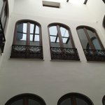 Vista desde el ventanal: patio interior, pisos superiores