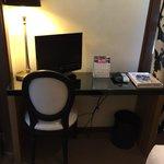 Mesa con TV plana (un poco pequeña)