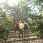 Estas escaleras estan a un lado de la alberca Ulises sale con la familia