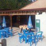 terrasse et bar à côté de la piscine