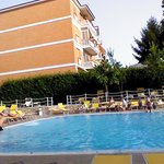 lovely clean and plenty of sunbeds and clean towels provided!
