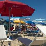 Prima fila degli ombrelloni del lido con davanti la spiaggia libera